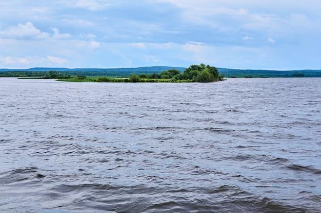 Mała trzcinowa wyspa pośrodku szerokiego jeziora
