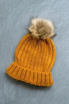 Mała urocza ciepła wełniana czapka z dzianiny