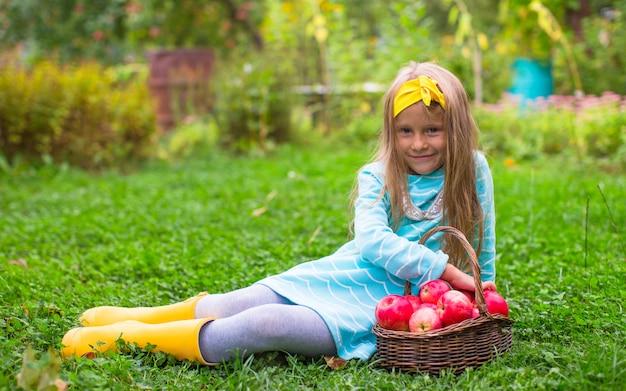 Mała urocza dziewczyna z koszem jesieni żniwo
