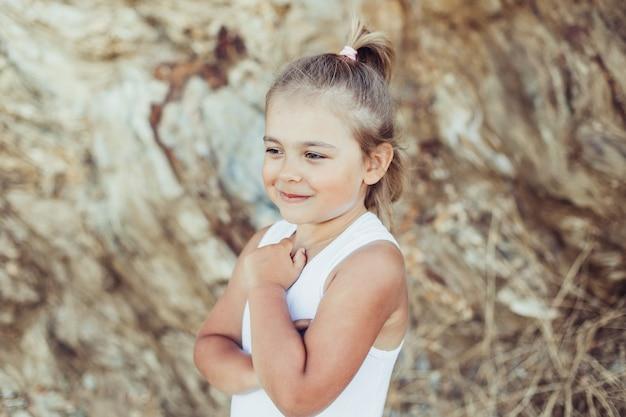 Mała urocza dziewczyna z uśmiechem