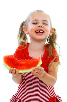 Mała uśmiechnięta dziewczyna je arbuza
