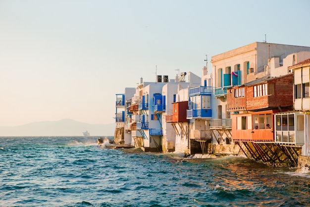 Mała wenecja najpopularniejsza atrakcja na wyspie mykonos w wieczornym świetle w grecji, cyklady