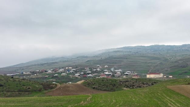Mała wioska na zboczu góry