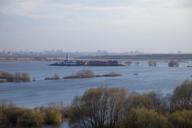 Mała wioska odcięta wiosenną powodzią