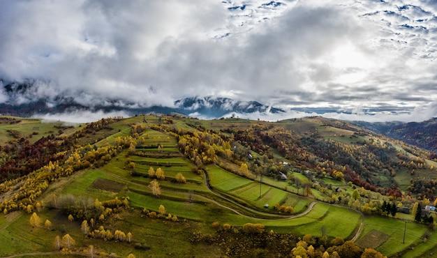 Mała wioska w górskiej dolinie karpat w jesienny dzień na ukrainie we wsi dzembronya