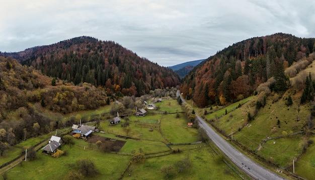 Mała wioska w górskiej dolinie karpat w jesienny dzień