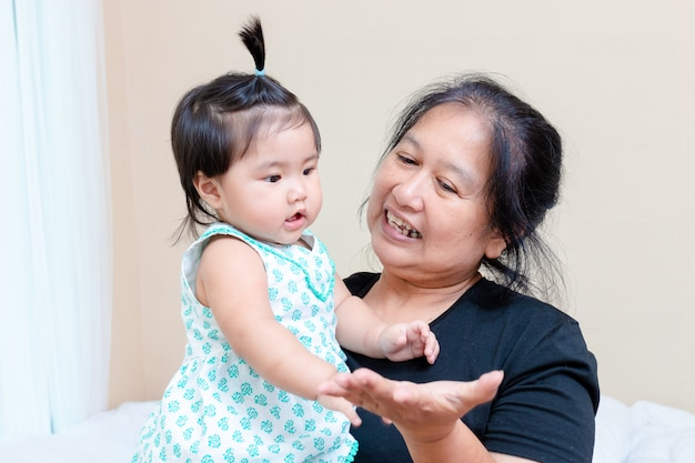 Mała wnuczka bawić się starszą kobietą