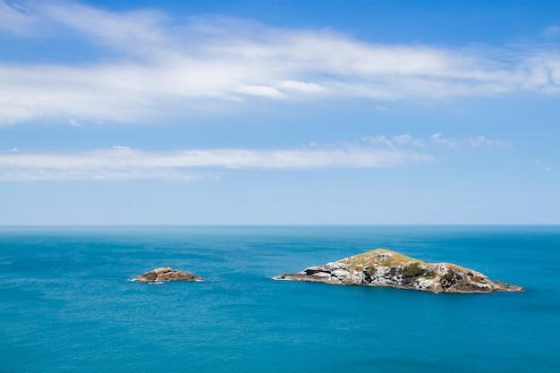 Mała wyspa i wysepka u wybrzeży półwyspu arraial do cabo w brazylii.
