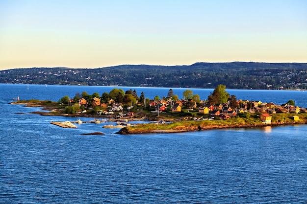 Mała wyspa mieszkalna na morzu północnym, norwegia