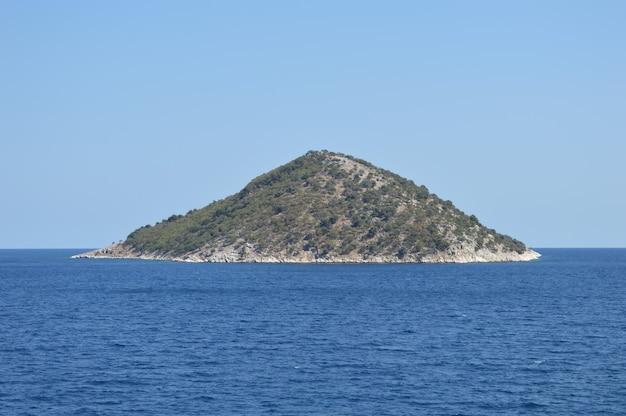 Mała wyspa na morzu w pobliżu grecji