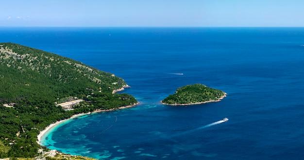Mała wyspa w pobliżu wybrzeża