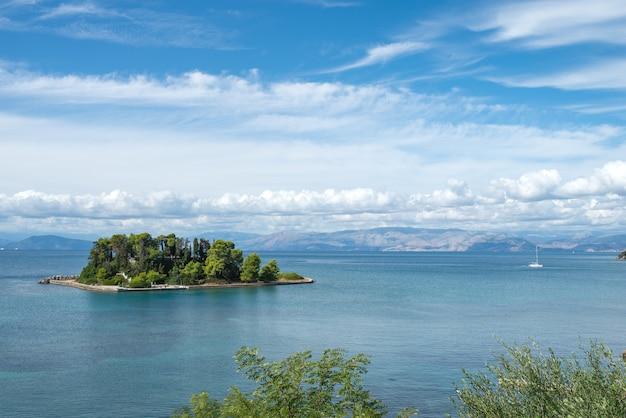 Mała wyspa z drzewami na morzu jońskim.
