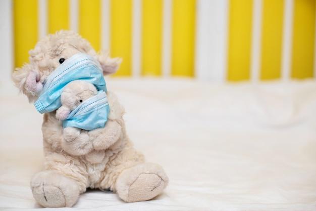 Mała zabawkowa cakiel matka z barankiem w rękach. koronowirus, kwarantanna, epidemia, pandemia, grypa, przeziębienie, choroba. pojęcie medycyny i zdrowie.