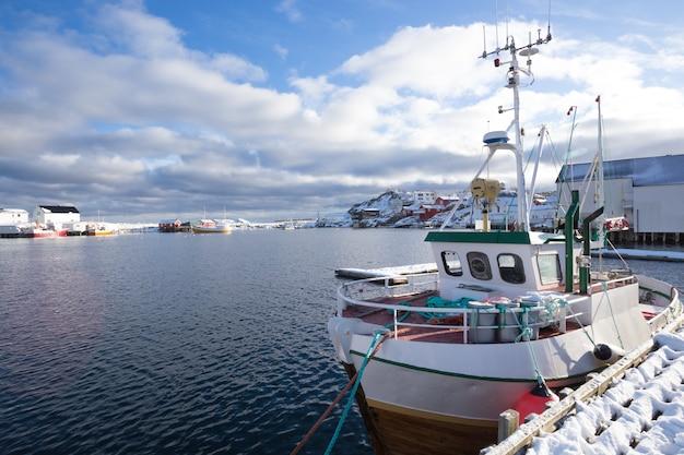 Mała zatoka zimą na lofotach. statki i rorbu. norwegia