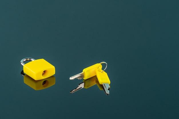 Mała żółta kłódka i klucze