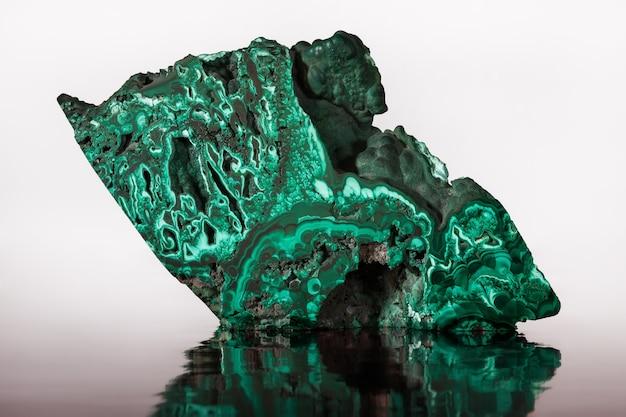 Malachit, duży zielony kryształ.