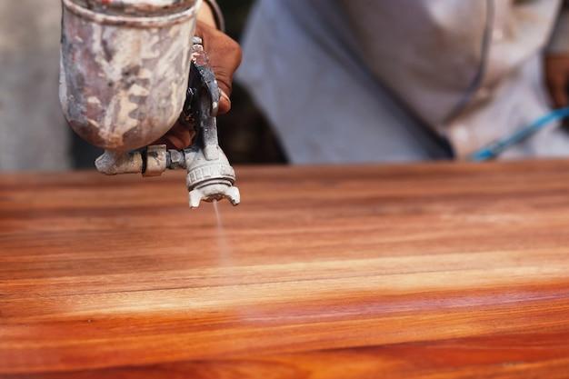 Malarz maluje drewnianą podłogę