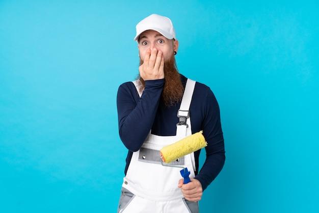 Malarz mężczyzna z długą brodą na pojedyncze niebieskie ściany z zaskoczenia wyraz twarzy