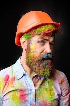 Malarz pokój malarstwo praca przystojny brodaty pracownik profesjonalny malarz dekorator pracownik budowniczy