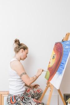 Malarz pracuje z obrazkiem w studiu