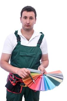 Malarz trzymający próbkę koloru na białym tle