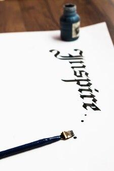 Malarz w tle pracy napis