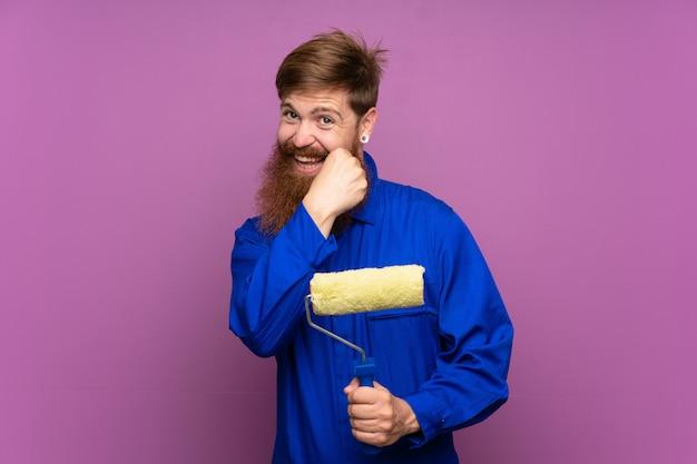 Malarz z długą brodą świętuje zwycięstwo