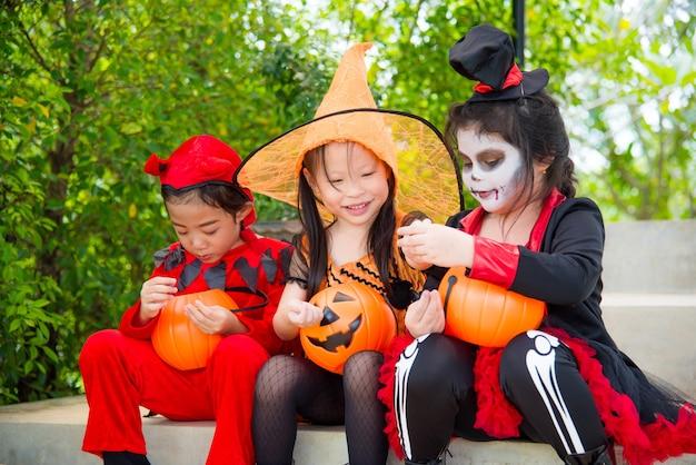 Małe azjatykcie dziewczyny w halloweenowym kostiumu