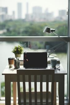 Małe biurko do domowego biura