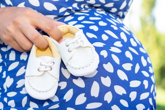 Małe buciki dla nienarodzonego dziecka