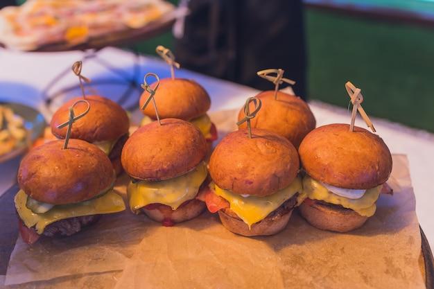 Małe burgery podawane na jednym talerzu jako przekąski