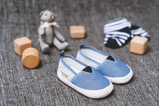 Małe buty na zbliżenie dziecka