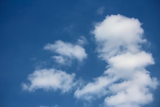 Małe chmury na niebie i nieostre