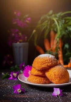 Małe ciasteczka marchewkowe z cukrem pudrem odpowiednie na śniadanie