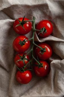 Małe czerwone pomidory czereśniowe na tkaninie