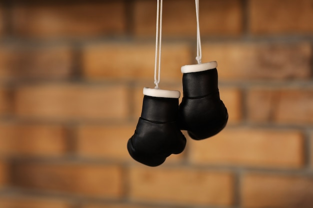 Małe dekoracyjne czarne rękawice bokserskie.