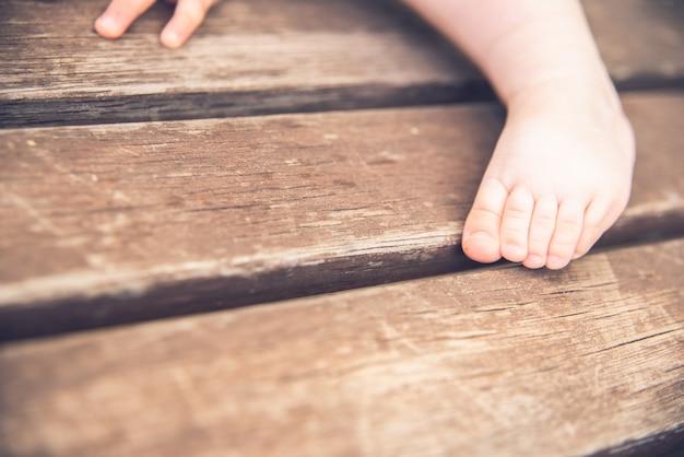 Małe dłonie i stopy dziecka w stylu retro.