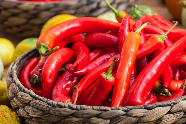 Małe dojrzałe czerwone papryki chili w koszu