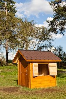 Małe domki dla dzieci wykonane z drewna we włoskim parku