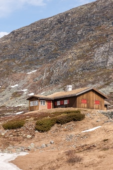 Małe domy w górach norwegii.