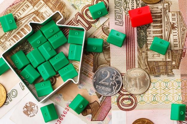 Małe domy z zabawkami i rosyjskie ruble