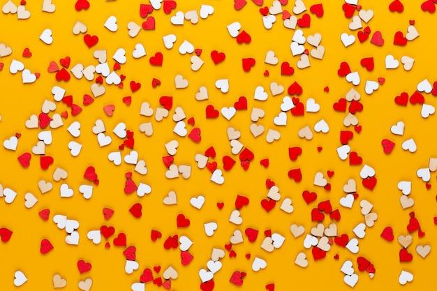 Małe drewniane serduszka na żółto ciekawy pomysł. walentynki kartkę z życzeniami.