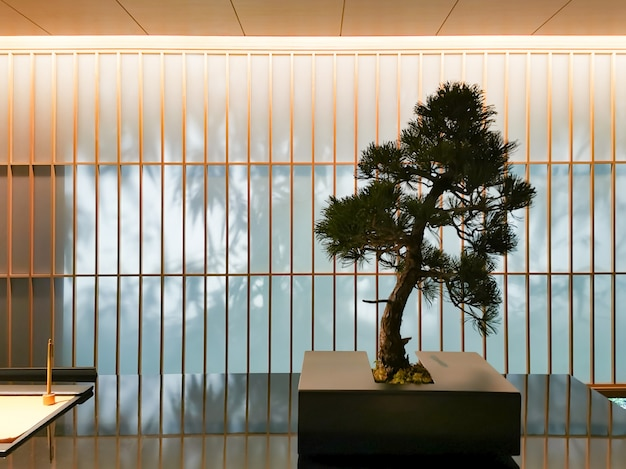Małe drzewo w recepcji counter o naturalnym stylu. nowoczesny japoński kontuar hotelowy.