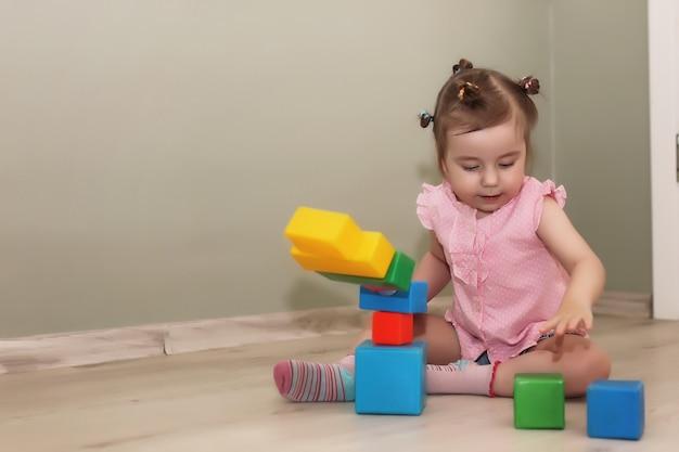 Małe dzieci bawiące się na podłodze w pokoju