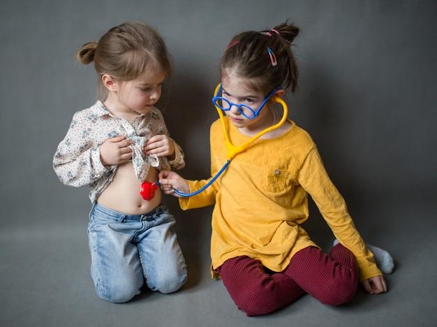 Małe dzieci bawiące się w lekarza