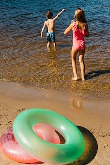 Małe dzieci bawiące się w wodzie na plaży