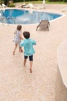 Małe dzieci biegają