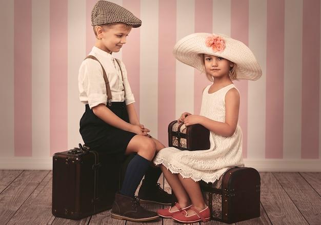 Małe dzieci czekają na podróż