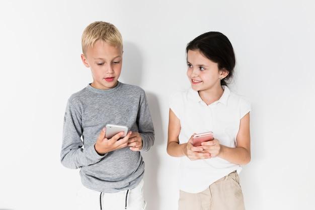 Małe dzieci korzystające z nowych technologii