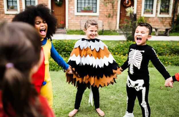Małe dzieci na imprezie z okazji halloween